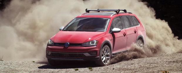 In cea mai recenta reclama, Volkswagen-ul Golf Alltrack bate doua motociclete de cross la ele acasa