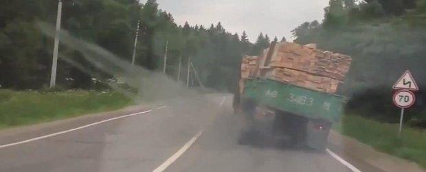 In Rusia nu poti sa stii niciodata cand te omoara cheresteaua dintr-un camion