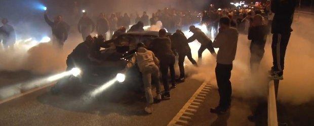 In Suedia masinile de 1000 de cp fiecare se intrec la curse ilegale de fata cu politia