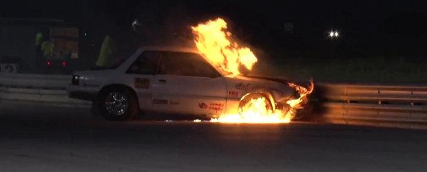 Incendiu pe pista de drag: Un Mustang se aprinde in urma unui accident