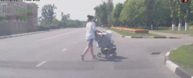 Inconstienta mamelor in trafic: compilatie cu mame nebune care si-au pus copiii in pericol