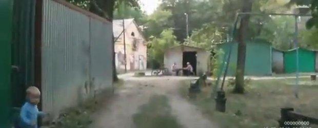 Inconstienta parintilor din Rusia: copil mic salvat in ultimul moment