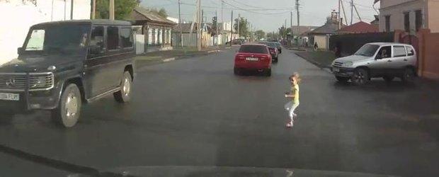 Inconstienta parintilor reloaded: o fetita este aproape calcata de masini