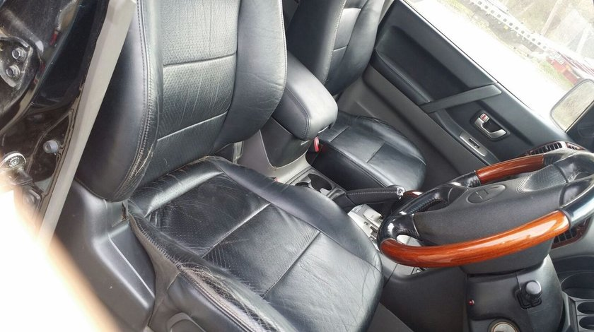 Interior piele negru Mitsubishi Pajero 7 locuri , an 2003