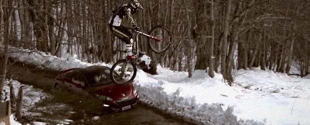 Intrecere spectaculoasa in munti, intre noul Peugeot RCZ si un... biciclist