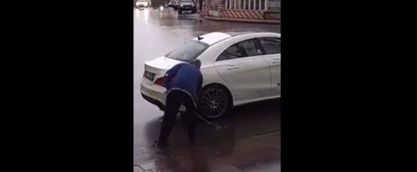 Isi spala Mercedesul cu apa... de pe sosea