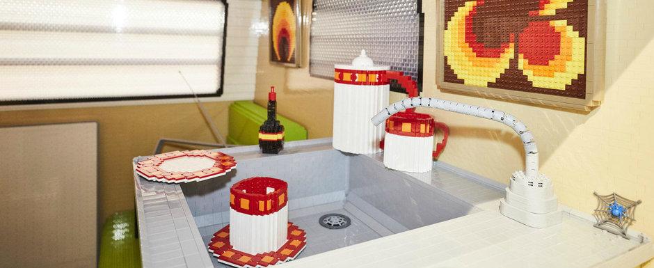Isteria masinilor din LEGO continua. De aceasta data un VW T2 a fost recreat din celebrele piese