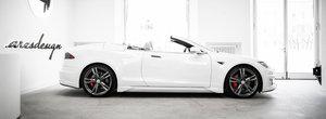 Italienii au taiat plafonul unei Tesla Model S. Cum arata masina electrica americana