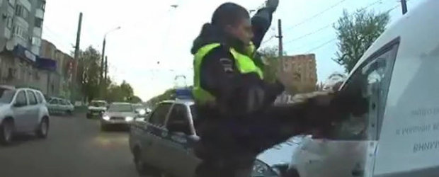 Jackie Chan e mic copil pe langa politistul asta din Rusia