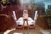Jasmine Sanders si Lamborghini Aventador