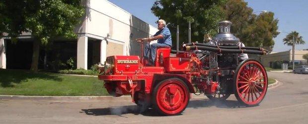 Jay Leno conduce o masina de pompieri din 1914