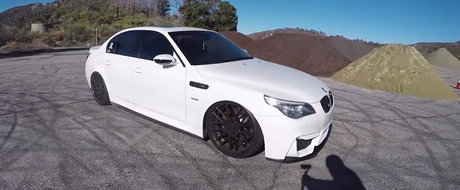 L-a facut mai bun sau a reusit sa strice munca inginerilor BMW? Uite cum se conduce acest rar M5 E60 cu perne de aer