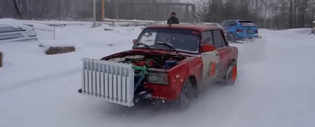 LADA cu doua motoare si calorifer in loc de radiator. VIDEO cu cea mai nebuna masina de pe internet