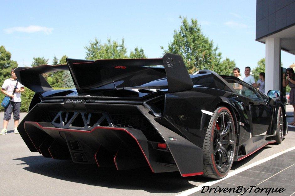 Lamborghini Veneno Roadster in negru
