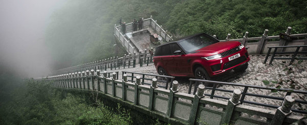 """Land Rover a ajuns la """"Poarta Raiului"""". Englezii au urcat cele 999 de trepte cu un Range Rover Sport hibrid"""