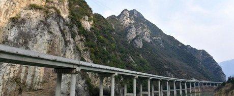 Lectie pentru CNADNR: Chinezii au construit o autostrada care trece printr-un rau