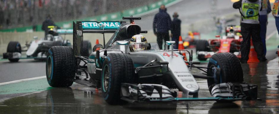 Lewis Hamilton a castigat in Brazilia la finalul unei curse infernale. Rosberg si Verstappen completeaza podiumul