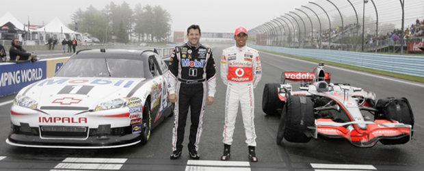 Lewis Hamilton a dat masina de Formula 1 pe una de NASCAR