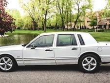 Lincoln Town Car cu 700 CP la roti