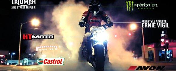 Locul lui de joaca: orasul. Stunt ride cu motocicleta in oras.