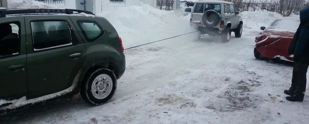 Lupta anului cu final neasteptat: Dacia Duster vs. Toyota Land Cruiser de off-road. Care trage pe care?