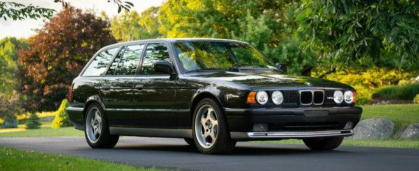 M5-ul E34 Touring cu numarul de sasiu 001 tocmai s-a vandut in SUA. Are 385.000 km la bord