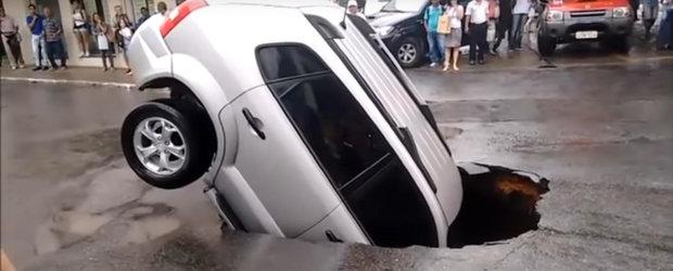 Mama tuturor gropilor a rasarit in Brazilia si aproape a inghitit un SUV