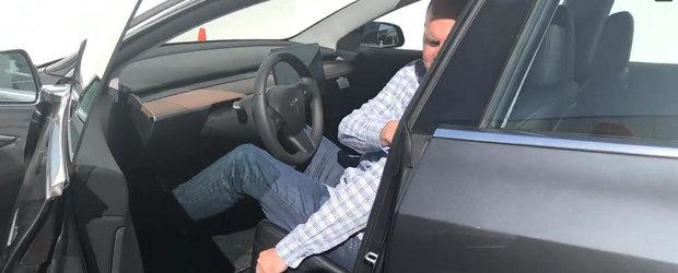 Masina care a renuntat la butoane si vitezometru pentru un touchscreen urias, surprinsa de aproape. VIDEO