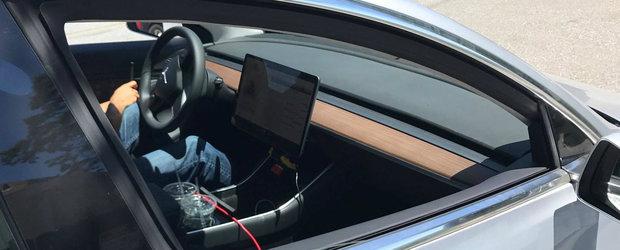 Masina care a renuntat la butoane si vitezometru pentru un ecran de 15 inch. A fost surprinsa din nou in teste