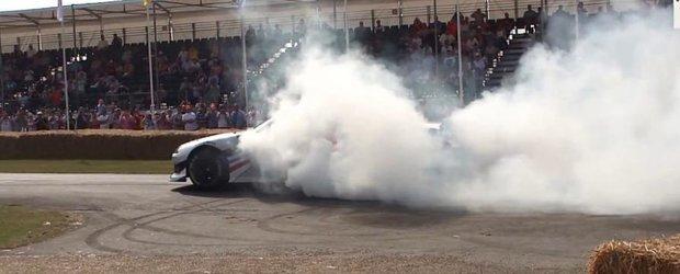 Masina de NASCAR Toyota Camry face fum la Goodwood