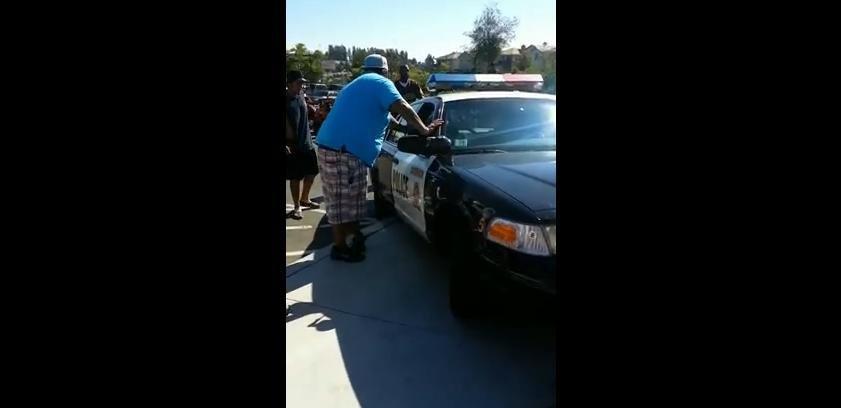 Masina de politie, agresata de mai multi pietoni