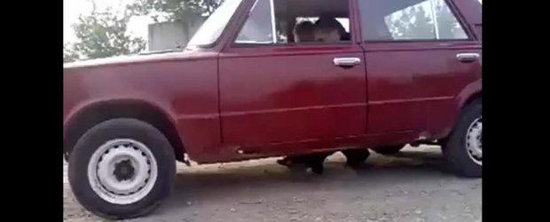 Masina Flinstone chiar exista: este o Lada