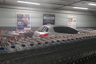Masina incercuita de carucioare la supermarket