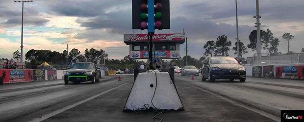 Mazda MX-5 versus Tesla Model S: Drag race cu emisii 0