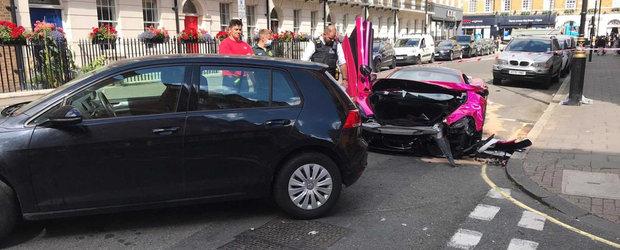 McLaren versus Golf pe o strada din Londra. Bolidul cu 570 CP este dauna totala