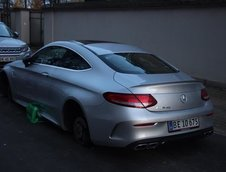 Mercedes C63 AMG cu rotile furate