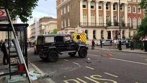 Mercedes G500 4X4² vs. Toyota Prius - Accident in Londra