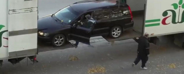 Metoda ingenioasa prin care urci o masina intr-un camion