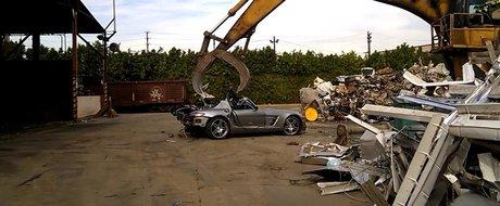 Moartea unui Mercedes-Benz SLS 63 AMG ajuns in ghearele unui concasor la fier vechi