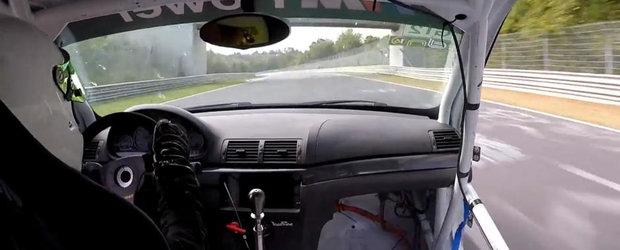Momentul acela cand pierzi usa de la masina in timp ce mergi cu 280 de km/h pe Nurburgring