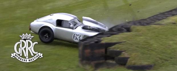 Momentul dureros in care un AC Cobra loveste cu putere anvelopele de pe marginea unui circuit