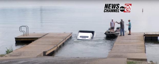 Momentul in care o camioneta ajunge in lac dupa ce soferul uita sa traga frana de mana, surprins in direct, la TV. Video