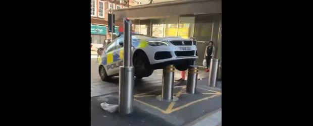 Momentul in care o masina de politie este luata pe sus dupa ce agentii au parcat intr-un loc nepermis. Video