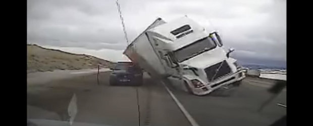 Momentul in care un camion este luat de vant pe o autostrada din Statele Unite