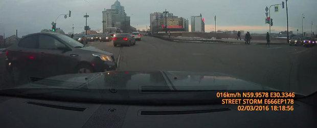 Momentul in care un Dodge Challenger... remodeleaza fata unei berline Kia