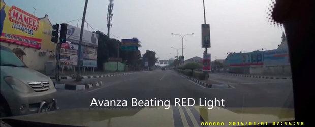 Momentul in care un M4 e lovit din lateral de o Toyota care trece pe rosu - VIDEO ONBOARD
