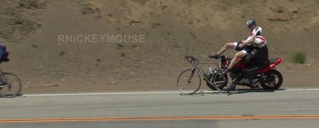 Momentul in care un motociclist... ia in brate doi biciclisti