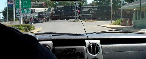 Momentul in care un trailer este facut praf si pulbere de un tren de marfa