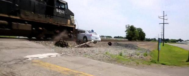 Momentul in care un tren spulbera o limuzina ramasa suspendata