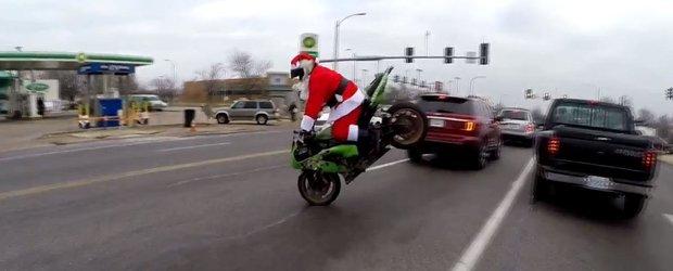 Mos Craciun face cascadorii cu motocicleta